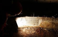 """Un investigador ilumina una antigua tumba abierta en el piso de una iglesia perteneciente a la cripta de la familia de Francesco del Giocondo, un conocido comerciante de Florencia. REUTERS/Stefano Rellandini. Un grupo de investigadores abrió el viernes una antigua tumba en Florencia en busca de restos que puedan confirmar la identidad de la mujer cuya enigmática sonrisa inmortalizó Leonardo da Vinci en la """"Mona Lisa"""", una de las pinturas más famosas del mundo."""