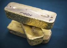 El precio del oro subió el lunes cerca de un 2 por ciento, alcanzando su máximo en casi tres semanas por un fuerte consumo del metal en China y flujos de ingreso en fondos respaldados por oro que avivaron las esperanzas de un alza en las compras físicas y de inversión. REUTERS/Andrey Lunin