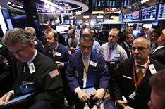 El promedio Dow Jones y el índice S&P 500 sufrieron descensos el lunes y extendieron las pérdidas de la semana pasada, la peor para Wall Street desde junio, pero las acciones de Apple y BlackBerry mantuvieron al Nasdaq en territorio positivo. REUTERS/Brendan McDermid