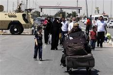 مسافرون فلسطينيون قادمون الى مصر عبر معبر رفح يوم22 مايو ايار 2013 - رويترز