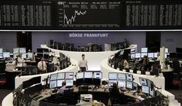 Помещение Франкфуртской фондовой биржи 8 августа 2013 года. Европейские акции растут после публикации макроэкономической статистики еврозоны. REUTERS/Remote/Stringer