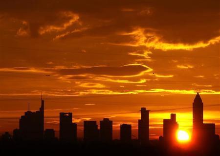 The sun rises early morning behind the skyline of Frankfurt, January 11, 2008. REUTERS/Kai Pfaffenbach