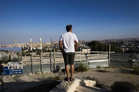 An Israeli man takes part in a ceremony announcing the resumption of construction of an Israeli neighbourhood in East Jerusalem August 11, 2013. REUTERS/Ronen Zvulun
