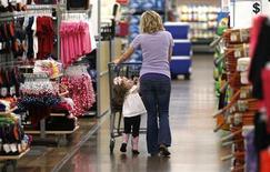 Mulher faz compras com sua filha em uma loja da rede Walmart, em Rogers, no Estado do Arkansas, EUA. Uma medida de gastos do consumidor dos Estados Unidos subiu em junho no ritmo mais rápido em sete meses, uma indicação de crescimento econômico mais rápido que pode fortalecer o plano do Federal Reserve, banco central do país, de reduzir seu importante programa de estímulo. As vendas no varejo excluindo carros, gasolina e materiais de construção subiram 0,5 por cento no mês passado, informou o Departamento do Comércio nesta terça-feira, o maior desde dezembro. 6/06/2013. REUTERS/Rick Wilking