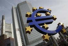La zone euro est vraisemblablement sortie de la récession au deuxième trimestre mais les chances pour que la région retrouve une croissance vigoureuse avant 2015 sont minces, selon une enquête menée par Reuters auprès de 30 économistes. Selon eux, le PIB de la région ne devrait pas croître de plus de 0,4% sur un trimestre avant 2015. /Photo d'archives/REUTERS/Alex Domanski