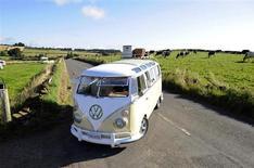 Un combi Volkswagen de 1966. Jean-Marc Ayrault a la nostalgie des voyages dans son Combi Volkswagen, une camionnette qui figure dans sa déclaration de patrimoine pour une valeur de 1.000 euros. /Photo d'archives/REUTERS/Nigel Roddis
