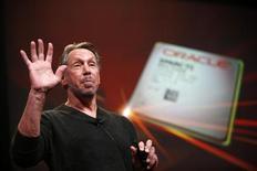 """El co-fundador y presidente ejecutivo de Oracle Inc, Larry Ellison, presenta el último servidor de la compañía, SPARC, en una rueda de prensa en California. Foto de archivo. REUTERS/Stephen Lam. Ellison dijo que su homólogo de Google Inc, Larry Page, actuó """"con una maldad absoluta"""" y acusó a la compañía de internet de usar productos de Oracle sin autorización."""
