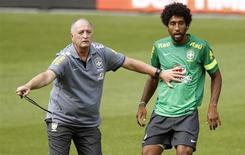 O técnico Luiz Felipe Scolari comanda treino do Brasil ao lado do zagueiro Dante nesta terça-feira, véspera de amistoso com a Suíça. REUTERS/Arnd Wiegmann