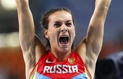 Yelena Isinbayeva comemora ao vencer salto com vara no Mundial de Atletismo de Moscou nesta terça-feira. REUTERS/Denis Balibouse