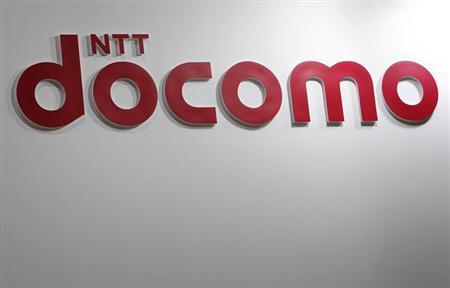 8月14日、NTTドコモは、ソニー、シャープ、富士通のスマートフォンを今年の冬商戦の主力端末として重点販売する方向で調整に入った。写真は同社のロゴ。昨年5月撮影(2013年 ロイター/Issei Kato)
