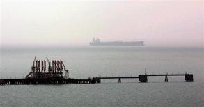 Танкер проплывает мимо причала для отгрузки в нефтяном терминале Джейхан близ турецкого города Адана 13 июля 2006 года. Россия пытается договориться с другим крупнейшим нефтедобытчиком - Азербайджаном об использовании инфраструктуры Баку для поставок своих энергоресурсов в Европу, предлагая в обмен свои добывающие активы и объемы сырья. REUTERS/Fatih Saribas