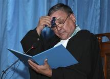 Судья Аралбай Нагашибаев утирает пот на заседании суда в Актау 4 июня 2012 года на процессе над участниками жанаозенских беспорядков.Казахстан, озабоченный сохранением стабильности в регионе в свете предстоящего выхода войск НАТО из Афганистана, в среду отправил за решётку еще шестерых обвиненных в подготовке теракта и исламском радикализме. REUTERS/Olga Yaroslavskaya