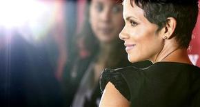 Atriz norte-americana Halle Berry é vista em março durante estréia de filme em Los Angeles. Duas mães hollywoodianas, Halle Berry e Jennifer Garner, foram na terça-feira à Assembleia Legislativa da Califórnia para defender um projeto de lei destinado a manter os fotógrafos afastados dos filhos de celebridades, ao aumentar as penas pelo assédio a menores. 15/03/2013 REUTERS/Mario Anzuoni