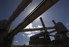 Parte de una planta de aluminio de Alcoa Inc.'s en Cerdeña. REUTERS/Alessandro Bianchi. Alcoa Inc dijo el miércoles que recortará temporalmente la producción en sus fundiciones de aluminio en Brasil y que cerrará permanentemente parte de sus operaciones en Massena, Nueva York.
