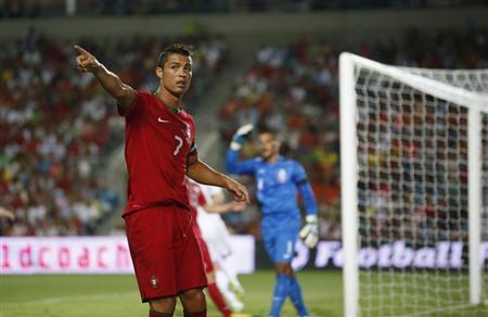 Portugal's Cristiano Ronaldo gestures during their international friendly soccer match against the Netherlands at Algarve stadium near Faro August 14, 2013. REUTERS/Rafael Marchante
