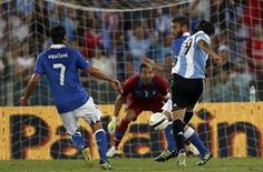 Ever Banega (D) chuta para marcar gol da Argentina contra a Itália em amistoso nesta quarta-feira. REUTERS/Alessandro Bianchi