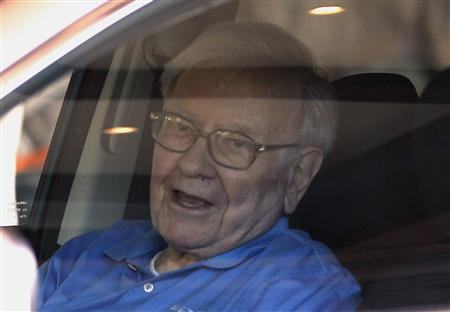 Berkshire Hathaway CEO Warren Buffett waits in his car on arrival at the annual Allen and Co. conference in Sun Valley, Idaho July 9, 2013. REUTERS/Rick Wilking