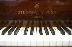 Teclado y el emblema de un histórico piano Grand Concert de Steinway & Sons que es restaurado en la fábrica de la empresa en Hamburgo. Steinway Musical Instruments Inc, conocido por sus famosos pianos de cola, dijo que dejará de cotizar en bolsa tras ser adquirida por el fondo de cobertura Paulson & Co Inc, que elevó su oferta de compra a 40 dólares por acción, valorando a la compañía de 160 años en unos 512 millones de dólares. REUTERS/Christian Charisius (ALEMANIA)