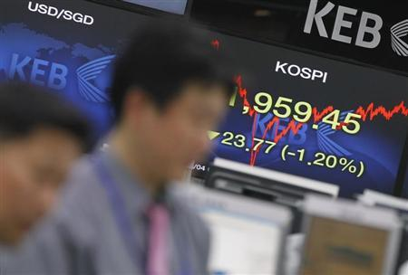 Currency dealers watch a monitor as a screen (R) shows South Korea's main stock market index, KOSPI, at a dealing room of a bank in Seoul April 4, 2013. REUTERS/Lee Jae-Won