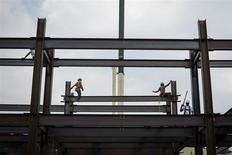 Le sentiment des promoteurs immobiliers s'est encore amélioré en août aux Etats-Unis, atteignant son plus haut niveau depuis près de huit ans, l'offre limitée de logements neufs et anciens sur le marché et une demande soutenue compensant l'effet de la hausse des taux d'intérêt. /Photo prise le 17 juillet 2013/REUTERS/Lucas Jackson
