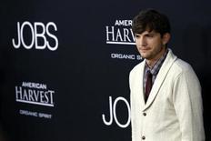 """El actor estadounidense Ashton Kutcher posa ante las cámaras durante el estreno en Estados Unidos de la película """"Jobs"""". Agosto 15, 2013. REUTERS/Mario Anzuoni. Kutcher puede ser más conocido por sus papeles de comedia en las series televisivas """"That '70s Show"""" y """"Two and a Half Men"""", pero el actor de Hollywood ha dado un giro dramático en su nueva película """"Jobs"""" en la que encarna al visionario cofundador de Apple, Steve Jobs."""
