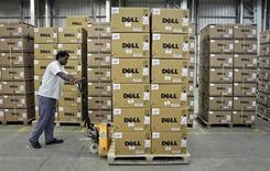 Un empleado empuja un carrito lleno de computadores de Dell en una fábrica de la compañía en el sur de India. Foto de archivo. REUTERS/Babu. Dell Inc, compañía envuelta en una contienda de adquisición entre su presidente fundador y el inversor activista Carl Icahn, reportó el jueves una caída de un 72 por ciento en sus ganancias trimestrales debido a que las ventas de computadores personales extendieron su espiral descendente.