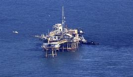 Vista aérea de una plataforma estadounidense de extracción de crudo en el Golfo de México. Foto de archivo. REUTERS/Sean Gardner. Algunas firmas de petróleo y gas en el Golfo de México empezaron el jueves la evacuación de trabajadores de sus instalaciones mar adentro, pero mantuvieron sus operaciones de producción mientras un sistema de baja presión amenaza con convertirse en un ciclón.