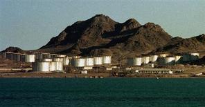 Нефтехранилища на каспийском побережье близ Туркменбаши 10 марта 1999 года. Туркмения объявила о намерении построить на Каспии новый порт, стоимостью $2 миллиарда, в расчете на рост экспорта нефтепродуктов, сжиженного газа и текстиля. REUTERS