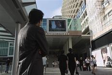 Мужчина смотрит на экран, по которому показывают сюжет об Эдварде Сноудене, в торговом центре в Гонконге 26 июня 2013 года. Министерство общественной безопасности Китая и правительственный исследовательский центр готовятся начать следствие в отношении IBM Corp, Oracle Corp и EMC Corp в связи с возможными проблемами в сфере безопасности, написала государственная газета Shanghai Securities News в пятницу. REUTERS/Tyrone Siu