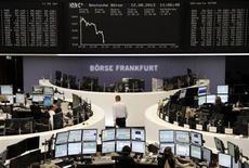 Les principales Bourses européennes s'inscrivaient en légère baisse après une demi-heure d'échanges vendredi, dans le sillage de Wall Street et de Tokyo dans des volumes qui restent très étroits. À Paris, le CAC 40 avançait cependant de 0,02% vers 09h45 tandis qu'à Francfort, le Dax perdait 0,19%. /Photo prise le 12 août 2013/REUTERS/Remote