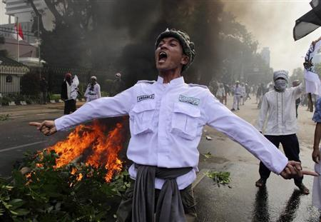 An Indonesian Muslim protester shouts slogans during a protest in front of the U.S. embassy in Jakarta September 17, 2012. REUTERS/Beawiharta