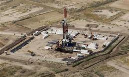 Буровая вышла на месторождении аль-Ахдаб в иракской провинции Васит 23 сентября 2011 года. Нефть Brent стабильна ниже $110 за баррель в пятницу и может вырасти за неделю, так как беспорядки в Египте усиливают страхи по поводу поставок, но опасения о том, что ФРС может вскоре сократить скупку облигаций, ограничивают рост. REUTERS/Mohammed Ameen