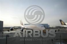 Самолет A380 виден сквозь стекло с логототипом Airbus во время пресс-конференции в Гамбурге 17 января 2012 года. Государственная корпорация Внешэкономбанк (ВЭБ) продала 2,14 процента акций Европейского аэрокосмического и оборонного концерна EADS из принадлежащего ей пакета в 5,02 процента. REUTERS/Morris Mac Matzen
