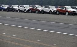 Le marché automobile européen, qui évolue à son plus bas niveau depuis près de 20 ans, a connu en juillet sa deuxième hausse mensuelle de l'année, ce qui entretient l'espoir d'une stabilisation des ventes au second semestre. /Photo d'archives/REUTERS/Lee Jae-Won