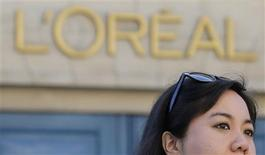 L'Oréal a l'intention d'acquérir Magic Holdings, groupe chinois spécialisé dans les produits de soin du visage. Cette acquisition, la plus grosse depuis 2008 pour le géant français des cosmétiques, lui permettra d'élargir encore son offre sur l'immense et prometteur marché de la beauté en Chine. /Photo prise le 16 août 2013/REUTERS/Christian Hartmann