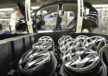 Logos da Volkswagen vistos na linha de montagem na planta da marca em Wolfsburg, na Alemanha. A montadora alemã Volkswagen anunciou que as vendas do grupo subiram 3,2 por cento em julho, para 757.700 veículos, mesmo com a manutenção de condições mais difíceis no mercado de automóveis. 25/02/2013. REUTERS/Fabian Bimmer