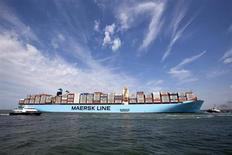El MV Maersk Mc-Kinney Moller, el mayor barco de carga del mundo, arriba al puerto de Rotterdam. Agosto 16, 2013. REUTERS/Michael Kooren. El grupo danés de transporte naviero y petróleo A.P. Moller-Maersk reportó el viernes una caída menor que la esperada en sus ganancias netas del segundo trimestre con la ayuda de una fuerte mejora en su unidad de transporte de contenedores y ante una baja en los costos.