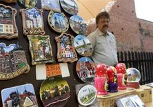 Precios en euro de una tienda de souveniers para turistas en Riga. Foto de archivo. REUTERS/Ints Kalnins. El superávit comercial de la zona euro se amplió en junio en una tasa interanual y frente el mes anterior, mientras que las importaciones continuaron cediendo, dijo el viernes la oficina de estadísticas de la Unión Europea, Eurostat.