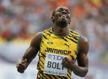 Jamaicano Usain Bolt sorri após vencer sua bateria na semifinal dos 200 metros no Mundial de Atletismo de Moscou, no estádio Luzhniki. 16/08/2012 REUTERS/Lucy Nicholson