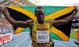 Jamaicano Usain Bolt celebra ao conquistar o tricampeonato mundial dos 200 metros, durante Mundial de Atletismo de Moscou, em Moscou, 17 de agosto de 2013. Bolt conquistou mais uma vez a dobradinha das provas de velocidade durante o Mundial de Atletismo de Moscou, ao conquistar o tricampeonato mundial dos 200 metros com o tempo de 19s66. 17/08/2013 REUTERS/Dominic Ebenbichler
