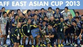 Jogadores e treinadores da seleção japonesa de futebol celebram vitória na Copa da Ásia Oriental, em Seoul, Coréia do Sul, 28 de julho de 2013. O Japão, atual campeão asiático, vai participar da Copa América no Chile em 2015 como convidado, disse a Conmebol neste sábado. 28/07/2013 REUTERS/Lee Jae-Won