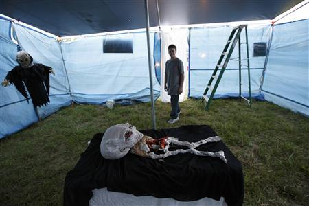 Jacob Martin tours an alien autopsy tent during the opening night of a festival celebrating the supposed visit of aliens to the Kelly-Hopkinsville area in 1955, in Kelly, Kentucky August 16, 2013. REUTERS/Harrison McClary