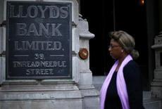 Le groupe bancaire britannique Lloyds Banking Group va céder ses activités d'assurance en Allemagne au réassureur Hannover Re pour 400 millions de livres, rapporte dimanche le Sunday Telegraph. /Photo prise le 1er août 2013/REUTERS/Andrew Winning