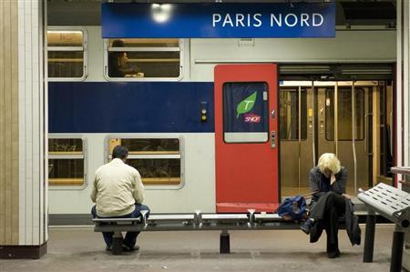 Commuters wait for their train at Gare du Nord train station in Paris May 22, 2008 during the strike by French SNCF railway workers. REUTERS/Gonzalo Fuentes
