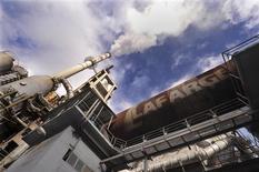 L'action Lafarge accuse la plus forte baisse de l'indice CAC 40 lundi à la Bourse de Paris, le cimentier souffrant des inquiétudes entourant la situation en Egypte où il possède une usine à 200 kilomètres du Caire. A 11h37, le titre reculait de 2,7% à 47,98 euros, contre une baisse de 0,42% pour le CAC 40. /Photo d'archives/REUTERS/Bor Slana