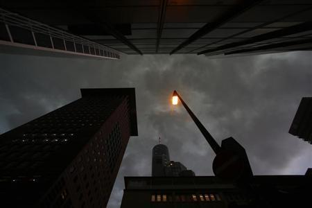 A street lamp is pictured in the financial district of Frankfurt August 6, 2013. REUTERS/Ralph Orlowski