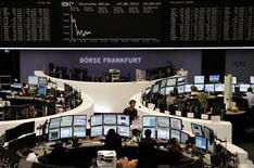 Les Bourses européennes s'inscrivent en baisse à mi-séance lundi dans un contexte de persistance des craintes liées à la possible diminution dès le mois prochain des achats d'obligations de la Réserve fédérale américaine (Fed). À Paris, le CAC 40 cédait 0,64% vers 11h45 GMT, tandis qu'à Francfort (photo), le Dax reculait de 0,14% et qu'à Londres, le FTSE perdait 0,23%. /Photo prise le 19 août 2013/REUTERS/Remote