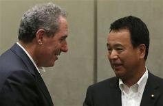 U.S. Trade Representative Michael Froman (L) talks with Japan's Economics Minister Akira Amari before their luncheon in Tokyo August 19, 2013. REUTERS/Toru Hanai