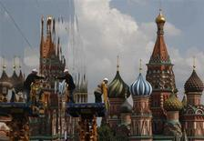 Рабочие строят павильон у Храма Василия Блаженного в Москве 8 июля 2013 года. Москву ждет теплая и немного облачная рабочая неделя, к концу которой возможны дожди, прогнозируют синоптики. REUTERS/Sergei Karpukhin
