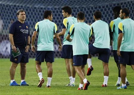 Barcelona's new coach Gerardo Martino (L) gestures to his players during a training session ahead of their friendly soccer match against Malaysia XI in Kuala Lumpur August 9, 2013. REUTERS/Samsul Said